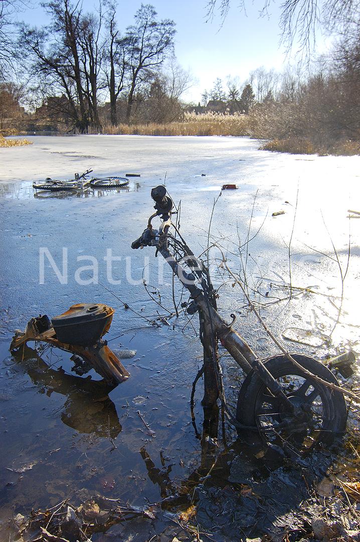 Cykler og knallerter i Odense Å - forurening - Copyright: NatureEyes/Jakob Damborg